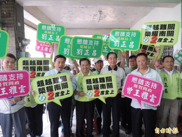 台南南關線選情激烈,立委陳唐山(右三)出面呼籲要鞏固基本盤、一票都不能浪費。(記者林孟婷攝)