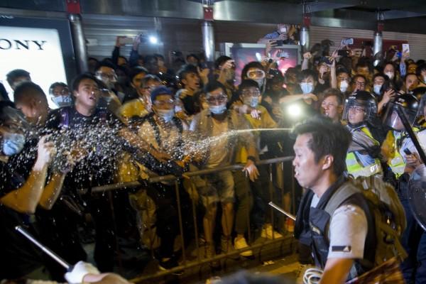 今天凌晨大批示威者發起「奪回旺角」行動,與警員爆發激烈衝突,警方使用胡椒噴霧及警棍驅離民眾。(彭博)