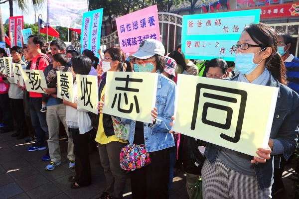 護家盟日前到立院外反對同志婚姻,民眾舉著「同志收養孩子遭殃」看板表達抗議。(資料照,記者廖振輝攝)