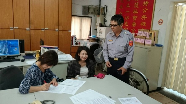 日本觀光客水口聡美(左)與女兒特地到派出所感謝警方幫助她們找回自行車。(記者曾健銘翻攝)