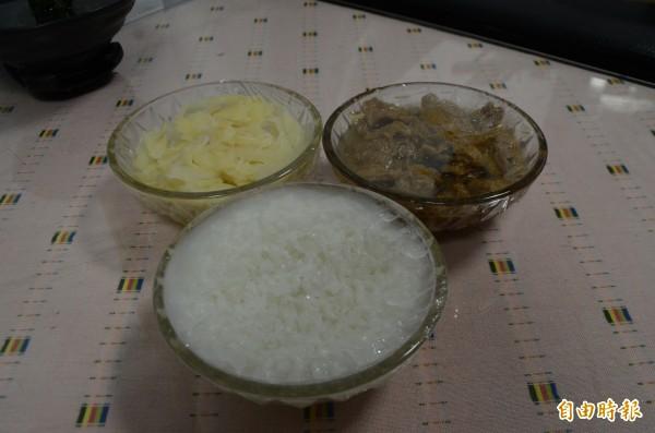 稀飯配嫩薑、麵筋,魏董一樣吃得津津有味。(記者顏宏駿攝)