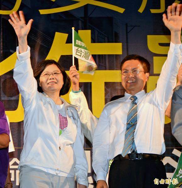 民進黨主席蔡英文(左)、彰化縣長參選人魏明谷(右)。(資料照,記者顏宏駿攝)