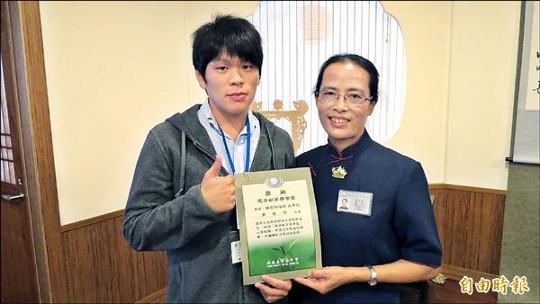 黃振傑(左)靠自己打工支付學費,又替家中償還房租,而且課業成績表現良好,獲慈濟新芽獎學金。(記者 蘇金鳳攝)