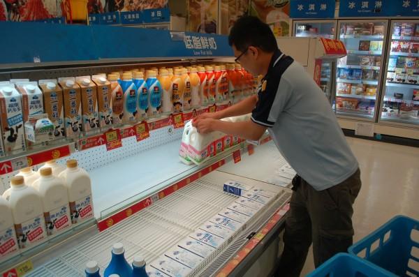 全民抵制頂新產品,林鳳營鮮奶失去銷售龍頭寶座,有八成民眾改買其他品牌的鮮乳。圖為店員把林鳳營鮮乳下架,換上其他品牌。(資料照,記者江志雄攝)