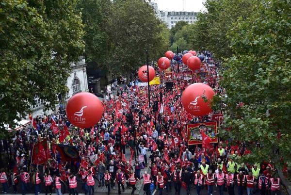 為抗議工資低迷、財政緊縮政策,數以萬計的英國公民在週六走上街頭爭取自己權益,盼能提高工資。(路透社)