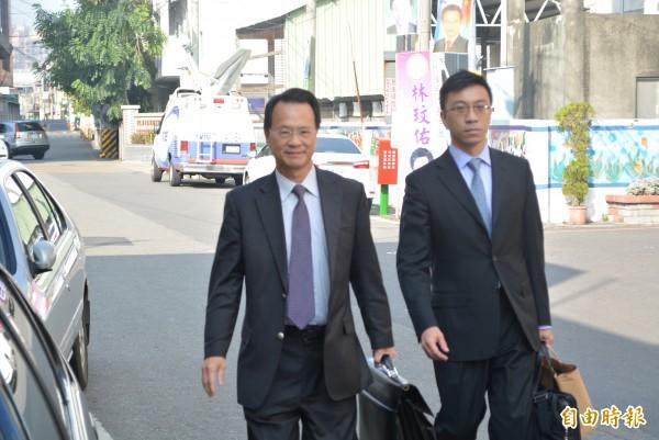 魏應充的委任律師羅豐胤(左)今天到彰化看守所探視他,並提出抗告。(記者湯世名攝)