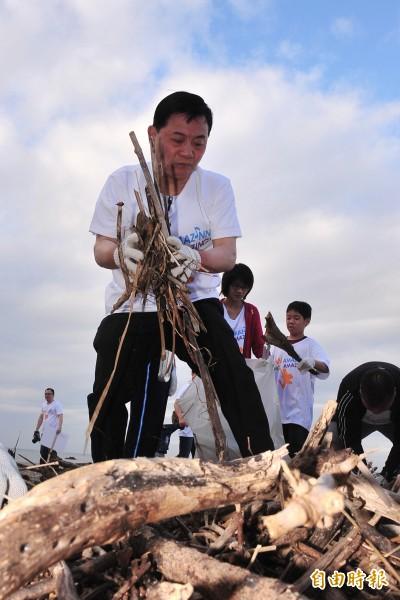 阿基師今晨參加飯店周年慶淨灘活動。(記者蔡宗憲攝)
