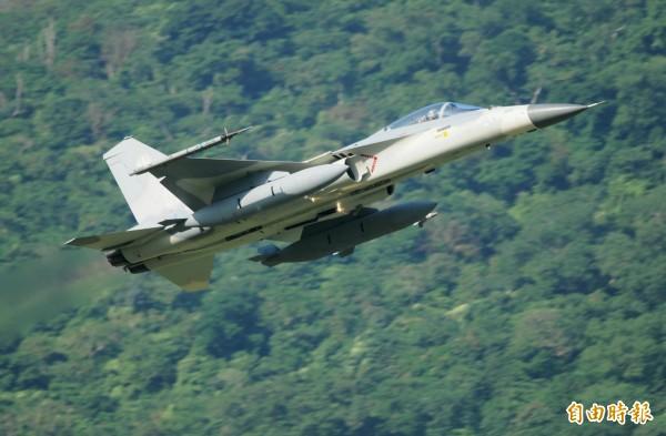 號稱台灣版「TOP GUN」的空軍「戰術訓練總驗收」,由IDF率先升空揭開序幕。(記者游太郎攝)