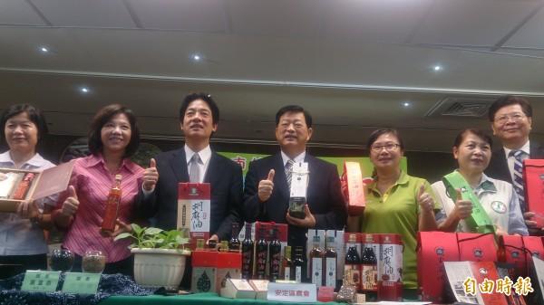 市府與西港、安定、善化農會聯袂宣傳台南胡麻油。(記者洪瑞琴攝)