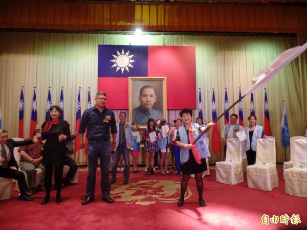 盧月香揮舞連勝文陣營的「希望種子」旗。(記者郭安家攝)
