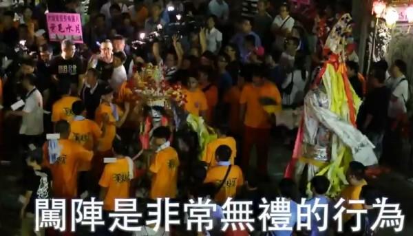國民黨台北市長候選人連勝文昨晚拜票途中,不慎硬闖陣頭,挨批無禮。(圖擷取自YouTube)