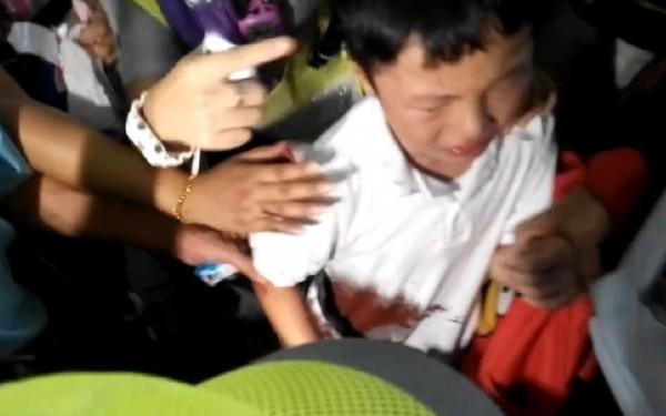 一名孩童被屎彈打中,當場放聲大哭。(擷取自SocREC 社會記錄頻道)
