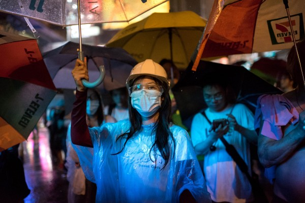 港學對話破局,學聯表示暫不需要再啟第二輪對話。圖為昨晚旺角佔中區域大雨,示威者堅守陣營。(法新社)