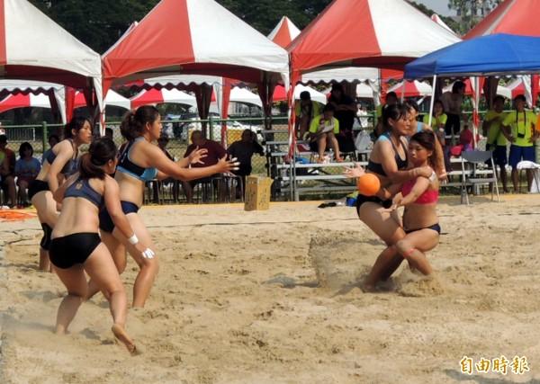 全民會沙灘手球賽,女子組的比賽清涼有勁。(記者余雪蘭攝)
