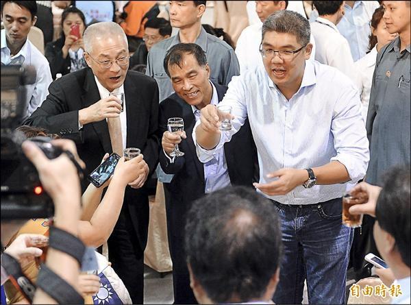 國民黨台北市長候選人連勝文(右)昨晚在副總統吳敦義(左)、交通部長葉匡時(中)陪同下出席觀光產業後援會成立大會,爭取觀光旅遊產業從業人士支持。(記者朱沛雄攝)