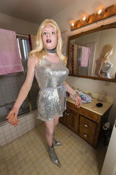 美男發明橡膠衣,讓你一秒變女人。(圖擷取自鏡報)