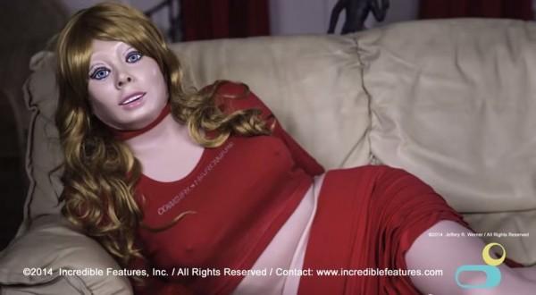 女人皮橡膠衣每件重達5公斤,製作耗時4小時。(圖擷取自Youtube)