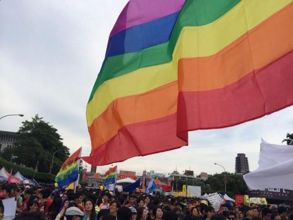 同志遊行繞行凱道,朝著終點總統府前進。(圖擷取自推特)