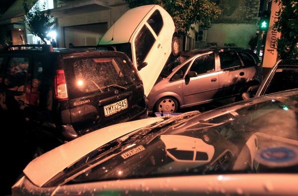希臘雅典暴雨,車輛沿著街道被沖走,災後全數被洪水堆在一地。(歐新社)