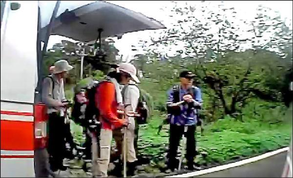 民眾的行車紀錄器拍下登山客驚慌情形。(徐聖倫翻攝)