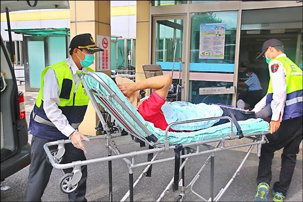 著紅衣的劉姓男子被消防人員送醫急救。(記者徐聖倫翻攝)