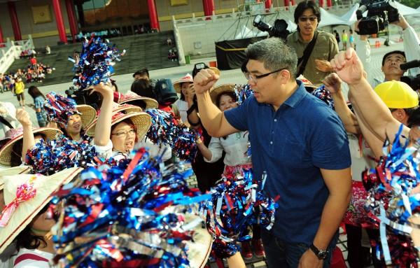 國民黨台北市長候選人連勝文日上午出席客家義民祭挑擔活動,爭取客家鄉親支持。(記者羅沛德攝)