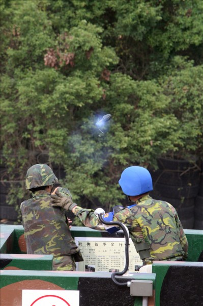 國軍因安全考量已經停止手榴彈實彈投擲訓練長達13年,但近日決定恢復該項目,讓所有志願役新兵能親身體驗強大的爆破威力。(圖擷取軍聞社)