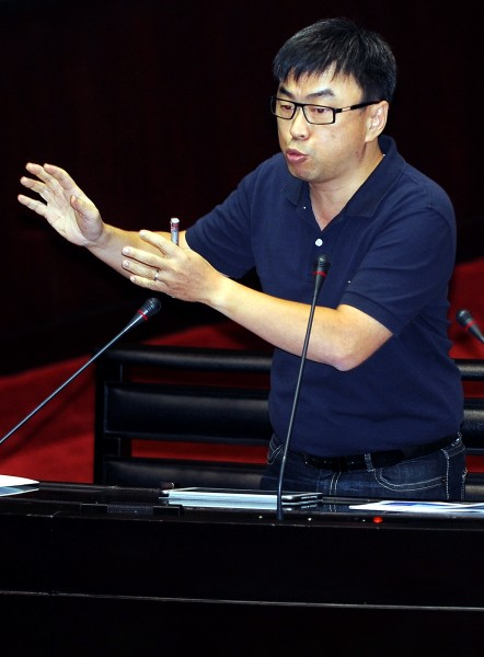 民進黨籍立委段宜康在國民黨台北市長候選人連勝文抽中6號號次後,以「六畜興旺」嘲諷連勝文。(資料照,記者朱沛雄攝)