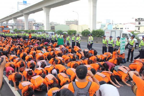約四百名前國道收費員,25日在中山高五十三公里處附近抗議。(記者林子翔攝)