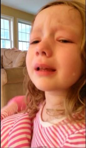四歲女童爆哭,就為見喬治華盛頓一面。(圖擷取自YouTube)