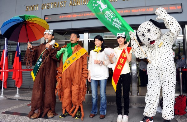 北市選委會27日舉行市長及議員候選人號次抽籤,樹黨候選人穿著忠狗裝與樹裝前往抽籤,博取版面。(記者張嘉明攝)