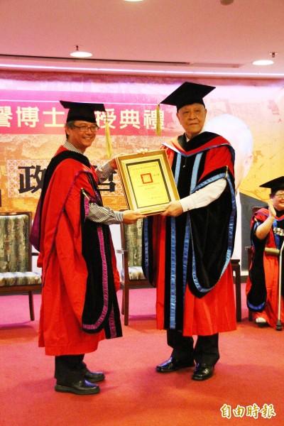 前總統李登輝(右)由中正大學校長吳志揚(左)頒授名譽博士學位。(記者林宜樟攝)