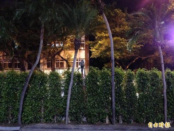 立院青島東路口柵欄加種矮欉樹,中間還有一支監視器。(記者邱燕玲攝)