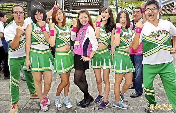 民進黨台北市議員候選人顏若芳(中)帶著啦啦隊到場抽籤,展現青春活力。(記者張嘉明攝)