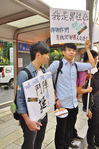 第12屆同志大遊行於上週六舉辦,網路上有民眾拍下一張異性戀男子,手拿「我是異性戀,謝謝你們幫我把好男人都搶走」標語。(照片由Tony Yu提供)