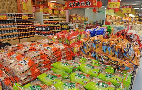 明年開始,日本進口的糖果餅乾、茶類產品,需檢附日本官方產地證明、輻射檢測報告,才能申報查驗。本圖為示意圖。(資料照,記者劉信德攝)