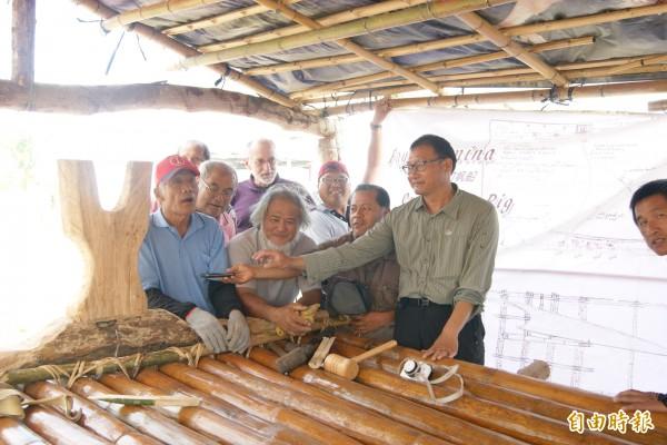 馬蘭阿美族人在南島社區大學及帆船製造專家詹姆士的協助下,長輩們依傳統工法打造消失百年的麻竹帆船。(記者王秀亭攝)