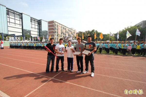 郭嚴文(左一)、鄭凱文(左二)、陳品捷(右二)及宋家豪(右一),返回母校慶祝校慶。 (記者黃文鍠攝)