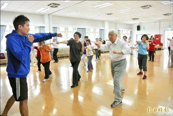 北市衛生局與師大體育系所合作替老人量身打造運動課程,過去外界認為是激烈的拳擊活動,經過改良,成為老人家喜愛的健身拳擊。(記者邱紹雯攝)