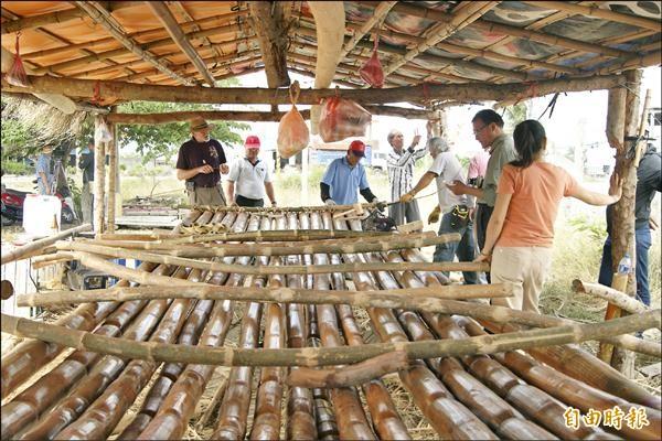 馬蘭部落阿美族耆老以傳統工法打造竹帆船,盼能重現消失百年的阿美族帆船。(記者王秀亭攝)