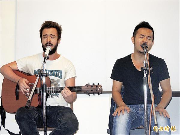 台南人劇團《Q&A》二部曲,蔡柏璋(右)與來自柏林的Raphael Käding(左),攜手創作歌曲。(記者洪瑞琴攝)