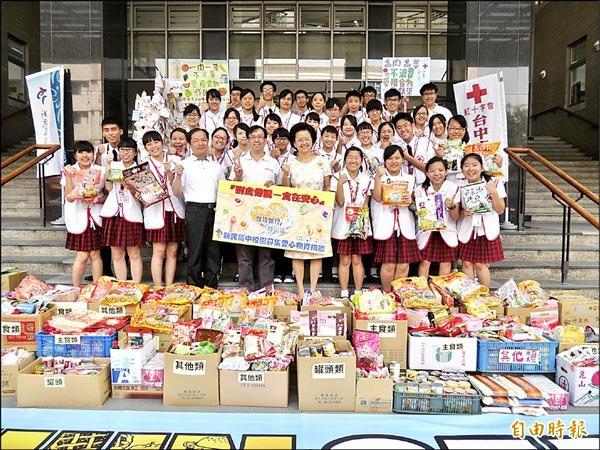 新民高中學生發起「剩食傳說」活動,捐家中多餘食品給食物銀行。(記者蘇孟娟攝)