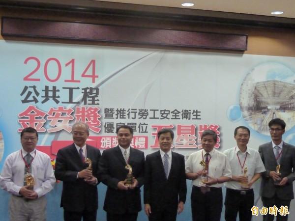 勞動部今天頒發2014公共工程金安獎,工程類共8件優等、10件佳作,個人類有1位優等及1位甲等獲選。(記者甘芝萁攝)