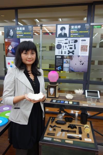 成功大學工業設計系碩士班三年級學生曾琬婷,獲得機會前往英國皇家藝術學院,發現國外學生享受過程,富獨立思考,從中學習了概念性商品的設計理念,還義賣作品捐作公益。(記者吳柏軒攝)