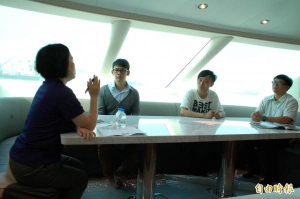 首度於高雄港海上舉行大型聯合徵才活動,3位男求職者坐上9億豪華遊艇,接受主考官的面試。(記者黃良傑攝)