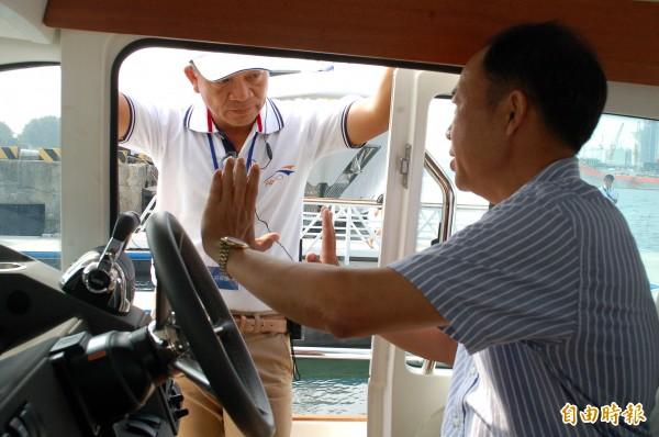 一名成功級軍艦退役艦長(右一)應徵遊艇船長,接受主考官(左)面試,意外成為全場焦點。(記者黃良傑攝)