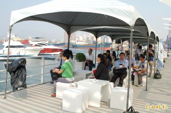 高雄首度於海上豪華遊艇舉辦大型聯合徵才活動,吸引許多求職者報名,欣賞高雄港風光自然放鬆緊張心情。(記者黃良傑攝)