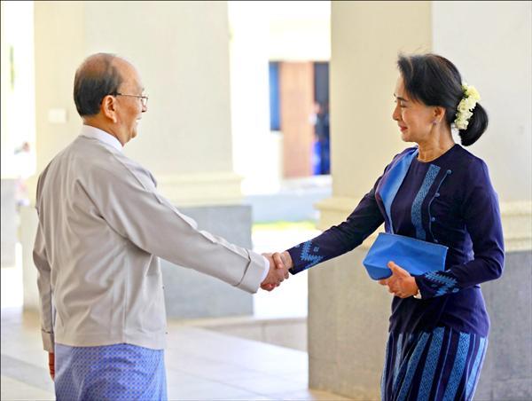 緬甸總統登盛三十一日在首都奈比多的總統府召開高層會議前,與反對派領袖翁山蘇姬握手致意。(歐新社)