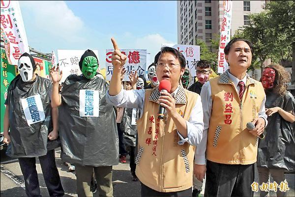 抗議群眾裝扮成魔鬼模樣,前往統一企業要求公司提撥三十億元做為兒童健康基金。(記者林孟婷攝)
