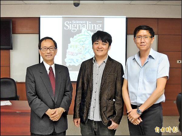 中研院研究團隊解開大腸直腸癌的分子結構。左為王惠鈞、中為陳愷恩、右為孟子青。(記者湯佳玲攝)